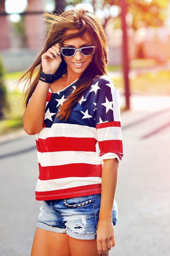 Dana ståenden av bärande solglasögon för den unga hipsterkvinnan på su arkivbilder