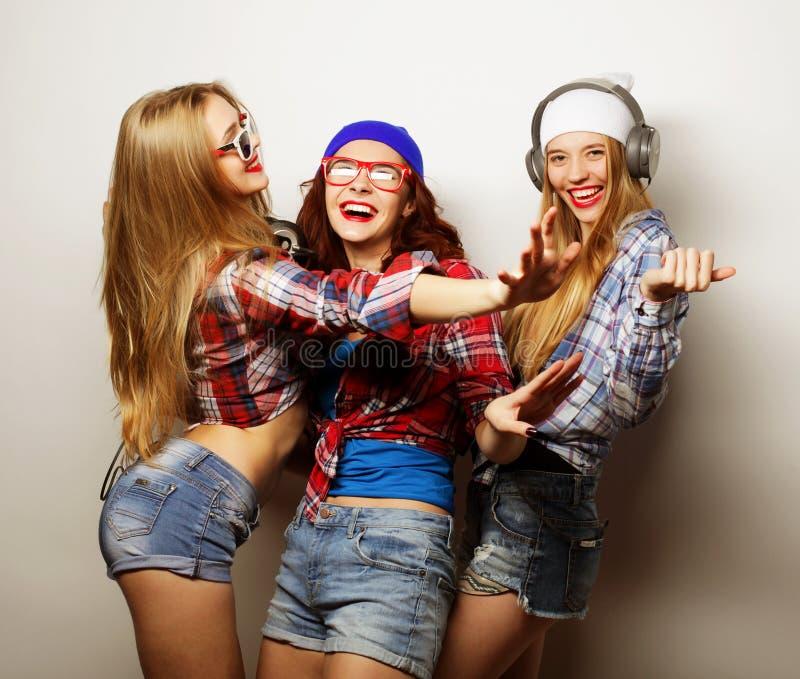 Dana ståenden av bästa vän för tre den stilfulla sexiga hipsterflickor arkivbild