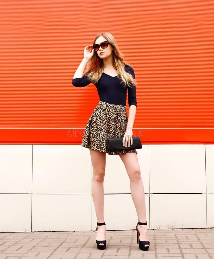 Dana ståenden av den härliga eleganta unga kvinnan i leopard royaltyfria foton