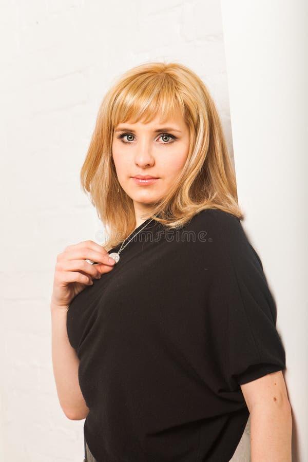 Dana ståenden av den härliga sinnliga kvinnan med blont hår royaltyfri foto
