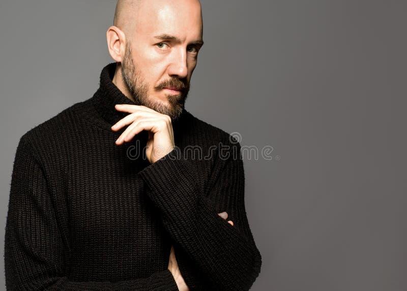 Dana ståenden av en 40-årig man som står över ett ljus - grå färg royaltyfria bilder