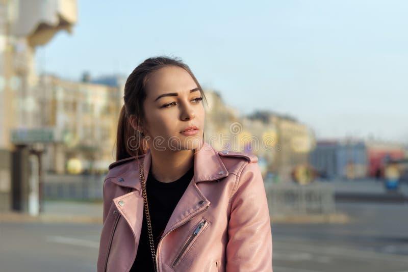 Dana ståenden av en härlig flicka som ser den inställande suen fotografering för bildbyråer