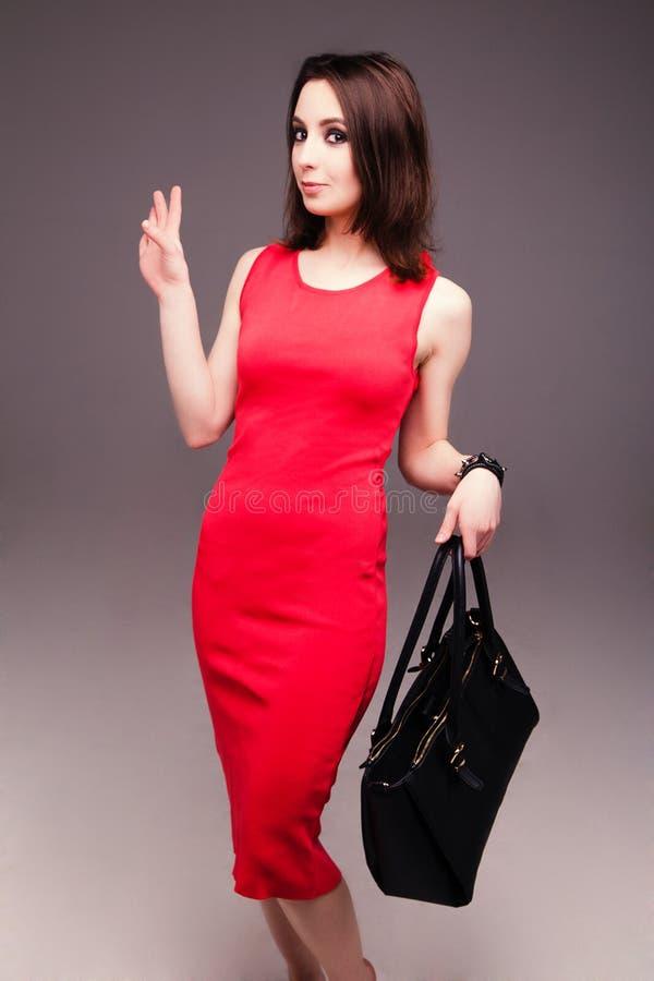 Dana studiofotoet av den eleganta näcka kvinnan med påsen arkivfoton