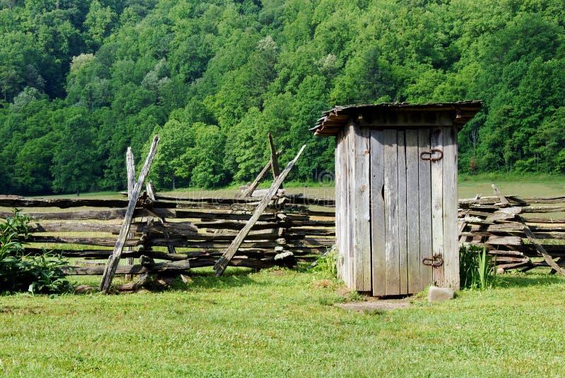 danad gammal outhouse royaltyfri bild