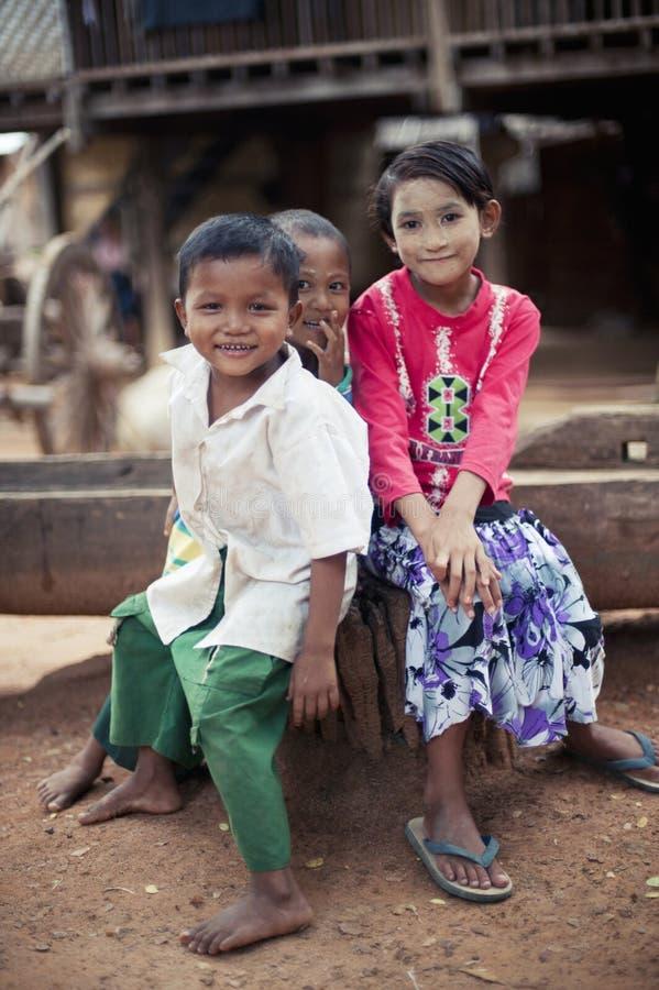 danaka粘贴,赤足缅甸的孩子在村庄 免版税库存图片