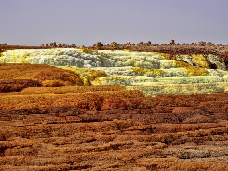 Danakis fördjupning dör incredibly ljusa färger som gör saltar kristaller ethiopia arkivbilder