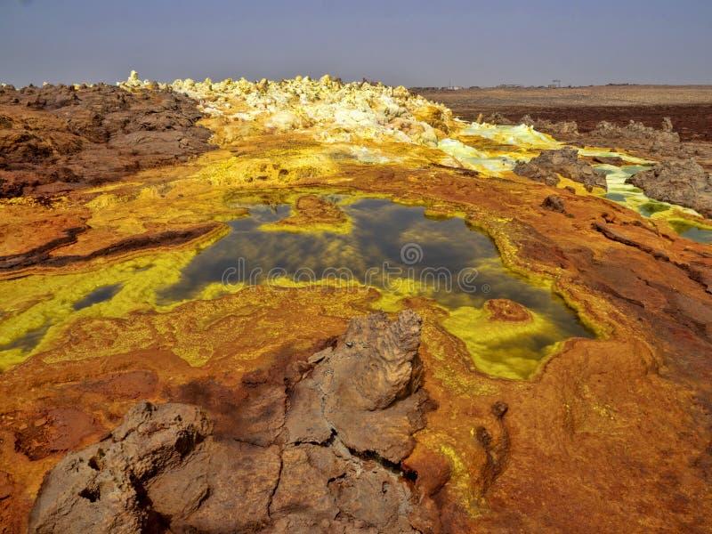 Danakis fördjupning dör incredibly ljusa färger som gör saltar kristaller ethiopia royaltyfria foton
