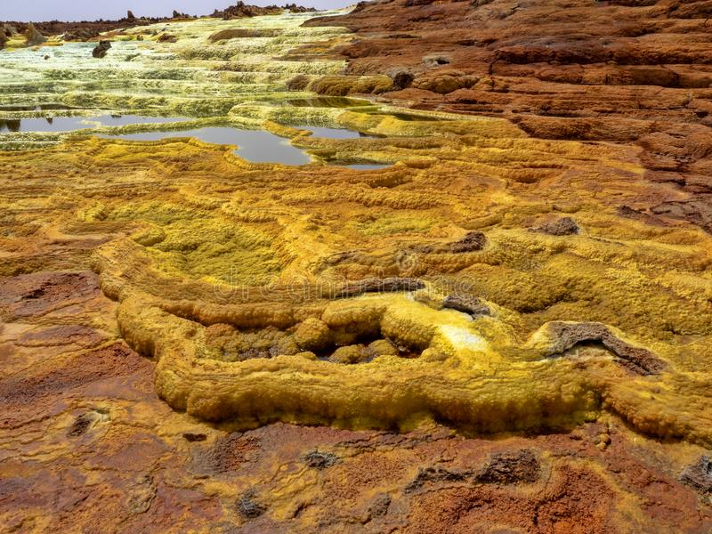 Danakis fördjupning dör incredibly ljusa färger som gör saltar kristaller ethiopia arkivbild
