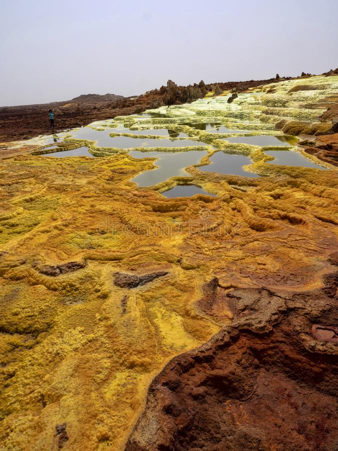 Danakis fördjupning dör incredibly ljusa färger som gör saltar kristaller ethiopia arkivfoto