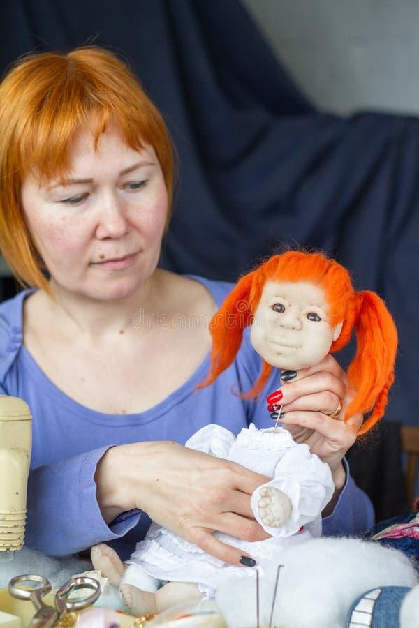 Danande av handgjorda leksaker arkivbilder