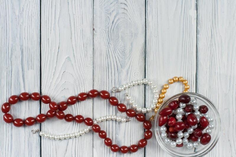 Danande av handgjorda smycken Boxas med pärlor, rullen av trådar, visare på träbakgrund Handgjord tillbehör arkivbild
