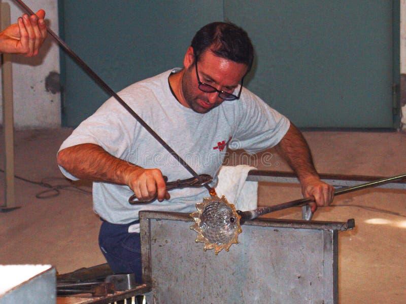 Danande Crystal Base In Venice, Italien för exponeringsglasblåsare royaltyfria bilder