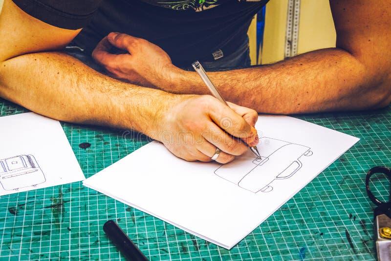Danande för läderseminariumförlagen skissar och workpiecen arkivfoton