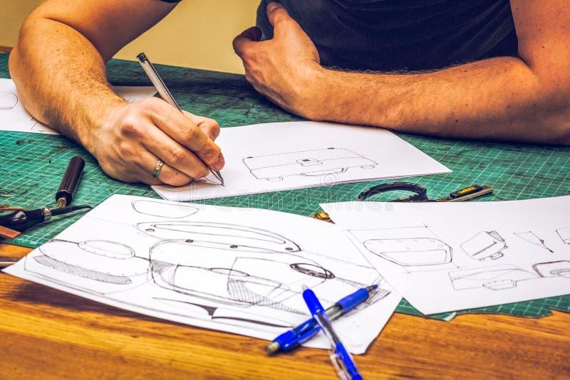 Danande för läderseminariumförlagen skissar och workpiecen royaltyfri foto