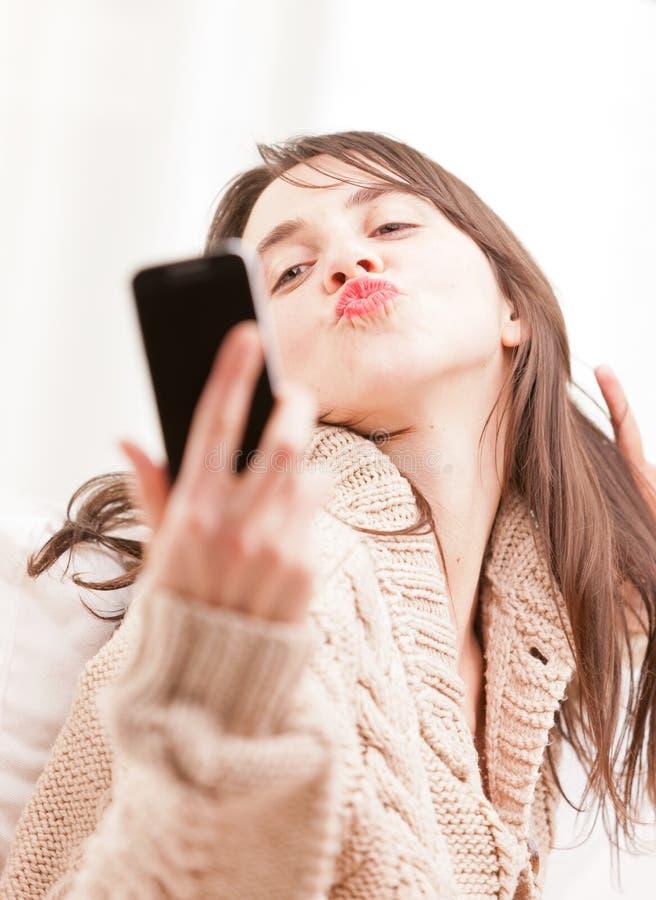 Danande för ung kvinna själv en selfie arkivbilder