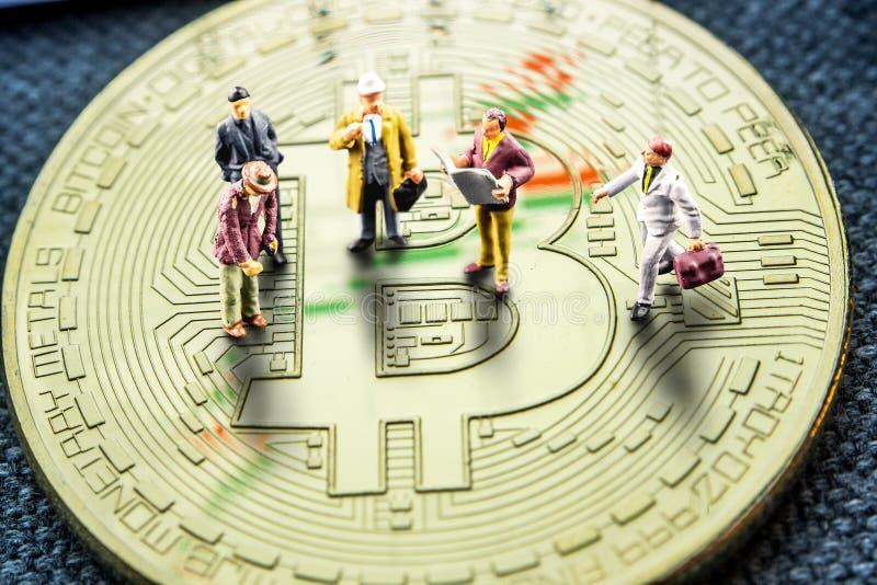 Danandeaffär som räknar på crypto bitcoin för valutor speciellt fotografering för bildbyråer