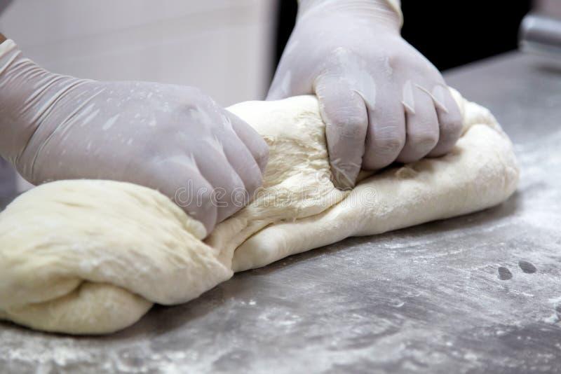 Danandedeg vid kvinnlighänder på bagerit arkivfoton
