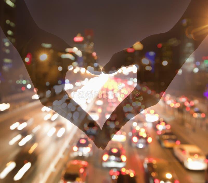 Danandehjärtatecken med händer, nattsikt fotografering för bildbyråer