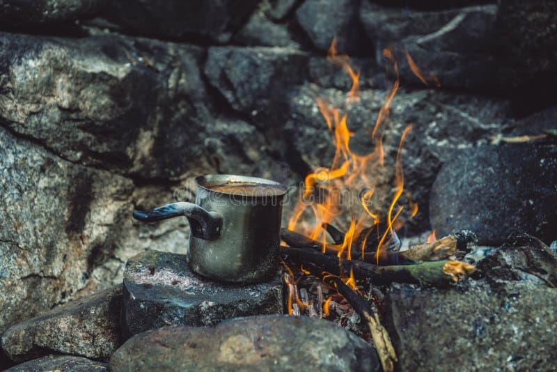 Danandekaffe i spisen, när campa eller fotvandra kaffe på lägereld arkivbild