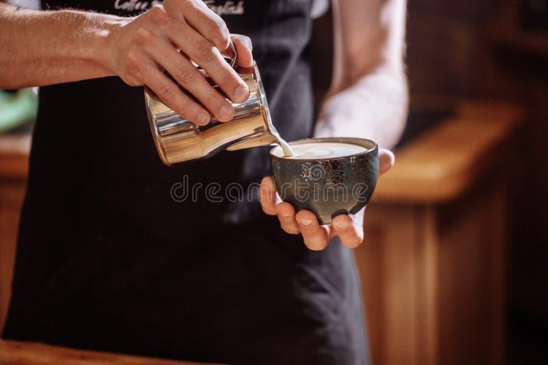 Danandekaffeexpertis en begåvad barista på arbetsplatsen royaltyfria foton