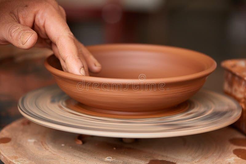 Danandekrukmakeri på en keramiker` s rullar in seminariet, närbilden, selektiv fokus royaltyfri bild
