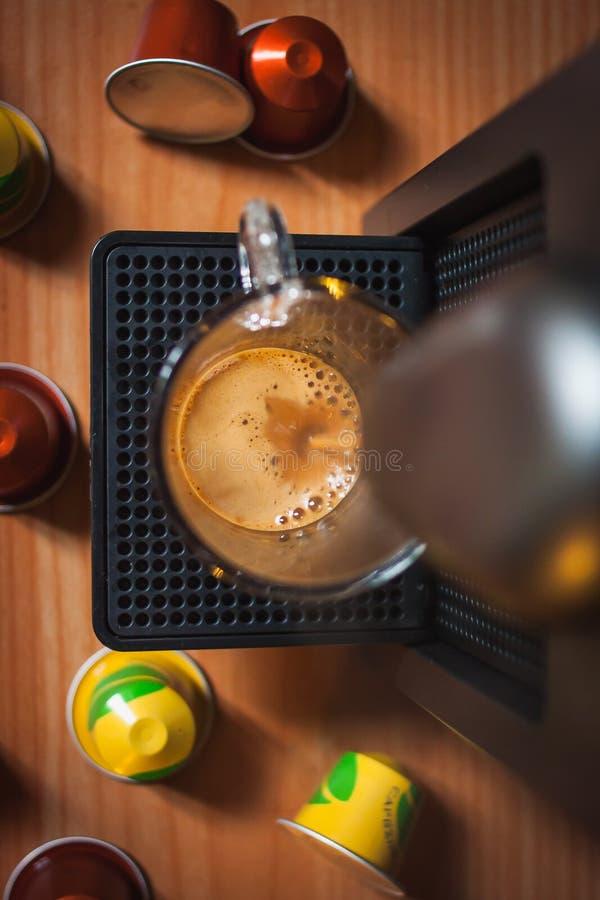 Danandemorgoncoffe med coffemaskinen Top beskådar fotografering för bildbyråer