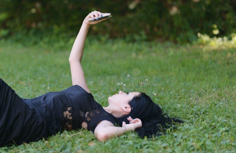Danandeselfie för ung kvinna royaltyfri foto