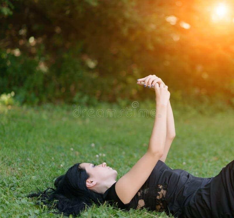 Danandeselfie för ung kvinna vid hennes smartphone royaltyfri fotografi