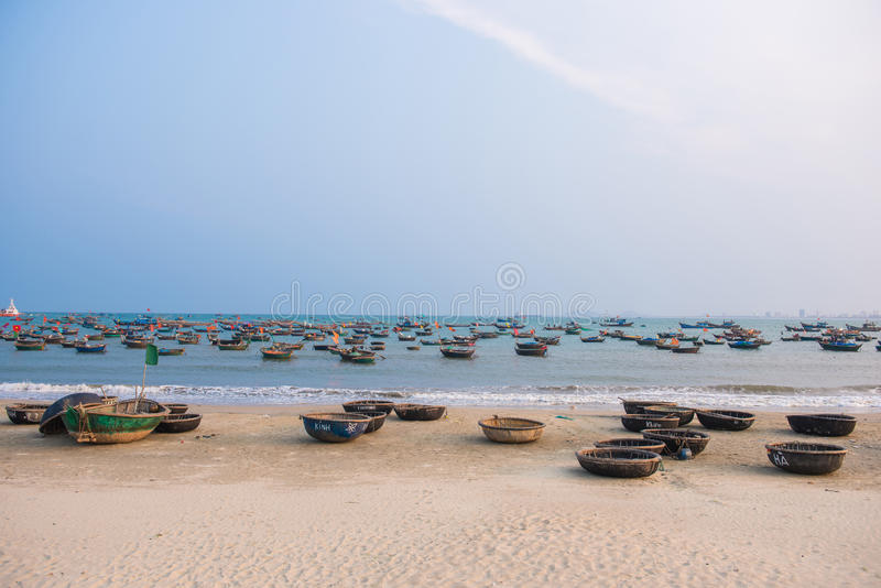 Danang, Vietnam 15 de marzo:: Barco de pesca vietnamita en mi playa de Khe fotos de archivo