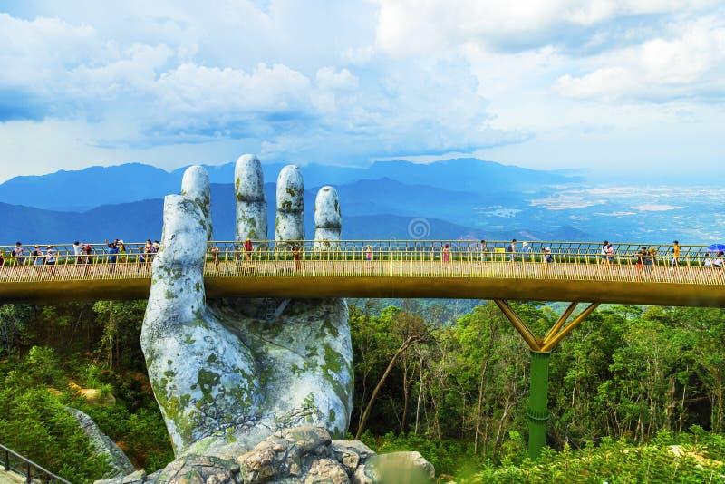Danang, Vietnam - JUNI, 24, 2019: De Gouden die Brug in de Bana-Vallei, door een reuzehand Deze brug wordt gesteund is 1.400 mete stock foto's