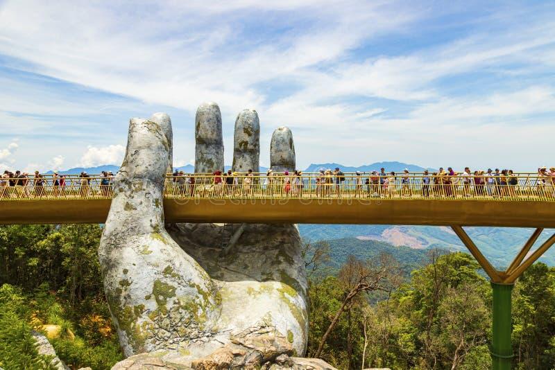 Danang, Vietnam - JUNI, 24, 2019: Die goldene Brücke im Bana-Tal, gestützt durch eine riesige Hand diese Brücke ist 1.400 Meter lizenzfreie stockbilder