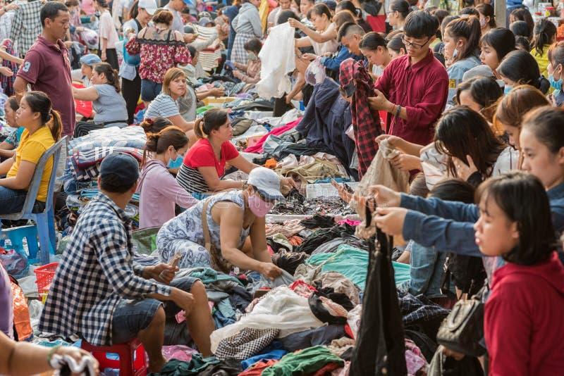 Danang, Vietnam: Overvolle tweedehandse klerenverkoop bij Cho Con-markt stock afbeeldingen