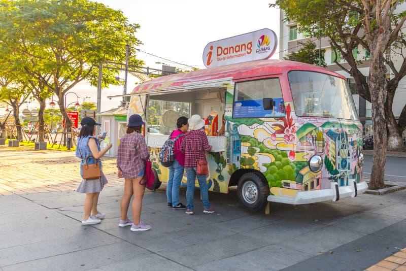 DANANG, VIETNAME - 5 DE JANEIRO DE 2019: Cabine de informações turísticas no centro de Danang fotografia de stock royalty free