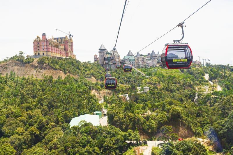 Danang, Vietname - 24 de junho de 2019: Ideia do resort de montanha dos montes do Na dos vagabundos com o teleférico o mais longo fotos de stock royalty free