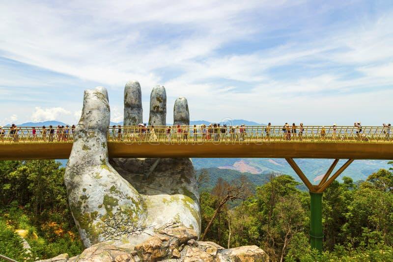 Danang, Vietname - JUNHO, 24, 2019: A ponte dourada no vale de Bana, apoiado por uma mão gigante esta ponte é 1.400 medidores foto de stock royalty free