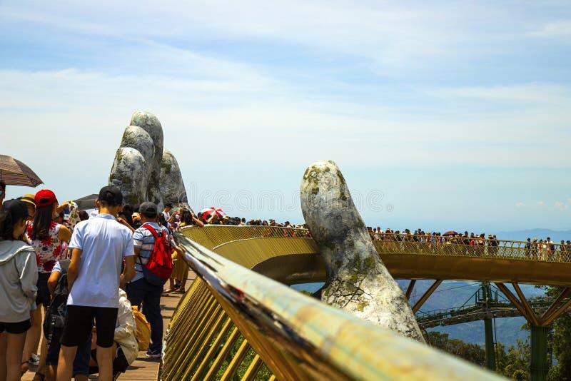 Danang, Vietname - JUNHO, 24, 2019: A ponte dourada no vale de Bana, apoiado por uma mão gigante esta ponte é 1.400 medidores fotos de stock