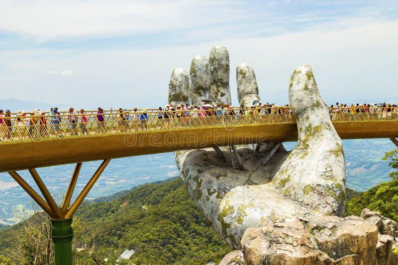 Danang, Vietname - JUNHO, 24, 2019: A ponte dourada no vale de Bana, apoiado por uma mão gigante esta ponte é 1.400 medidores fotos de stock royalty free