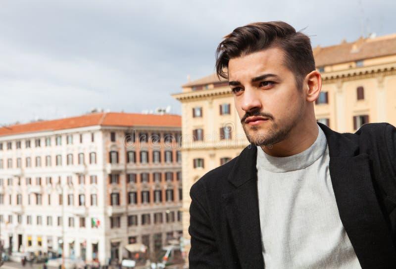Danar den stiliga mannen för staden, modernt hår royaltyfri fotografi