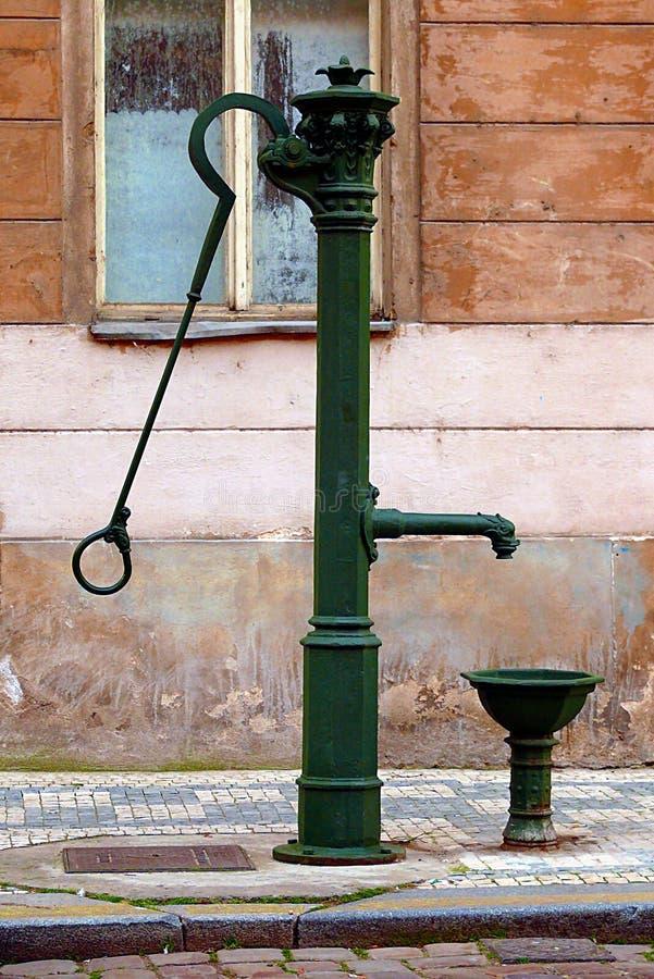 danat gammalt pumpvatten för järn arkivfoto
