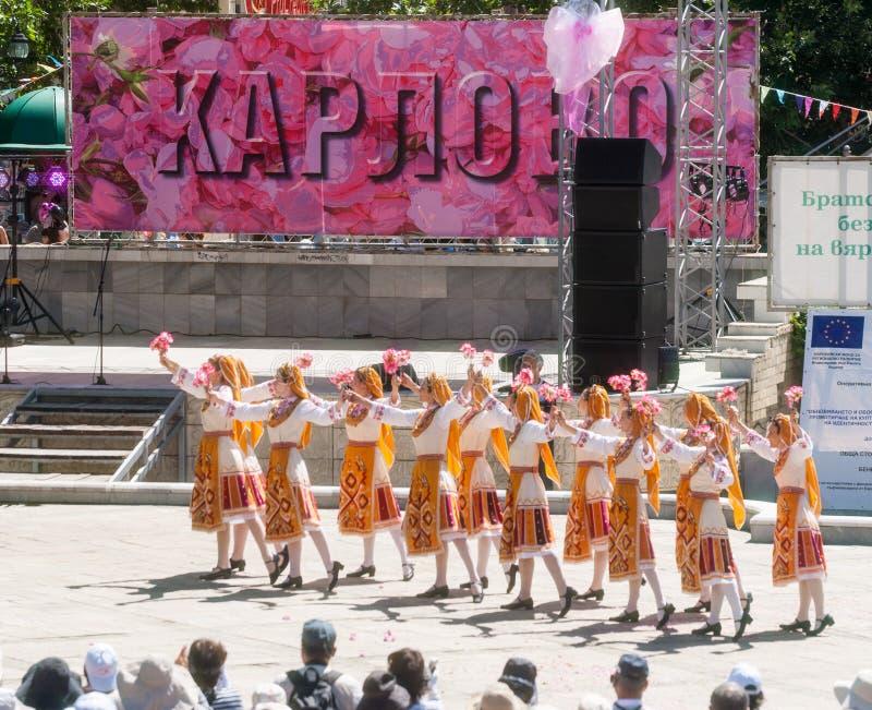Dance as pétalas cor-de-rosa das máquinas desbastadoras no festival em Karlovo, Bulgária fotografia de stock