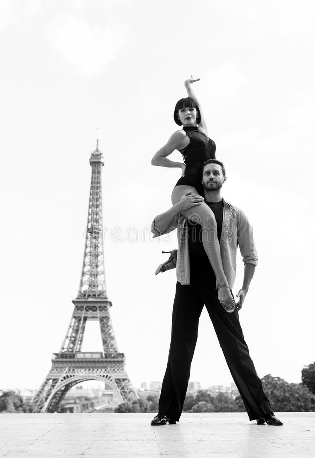 Dance pares na frente da torre do eifel em Paris, france os pares beatuiful da dança de salão de baile na dança levantam perto da imagem de stock