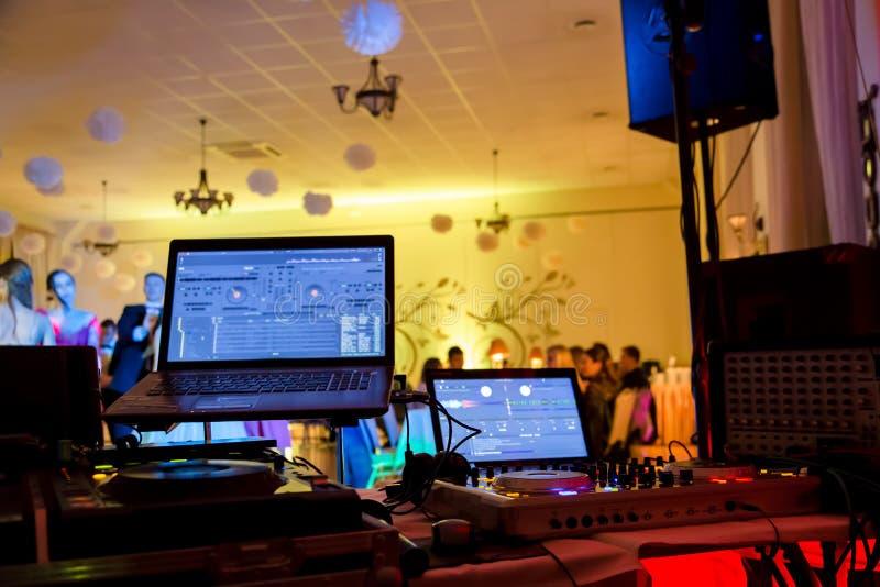 Dancefloor, partijconcept met dansende mensen stock afbeeldingen