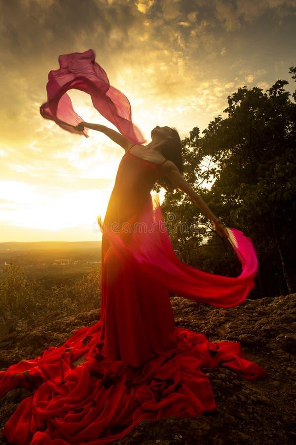 Dancer buitenshuis, draai een ventilator met rode stof erop royalty-vrije stock afbeeldingen