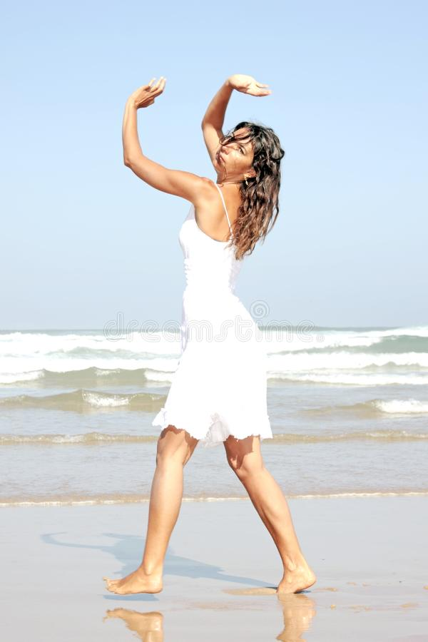 Dancing adatto della donna dei giovani fotografie stock libere da diritti