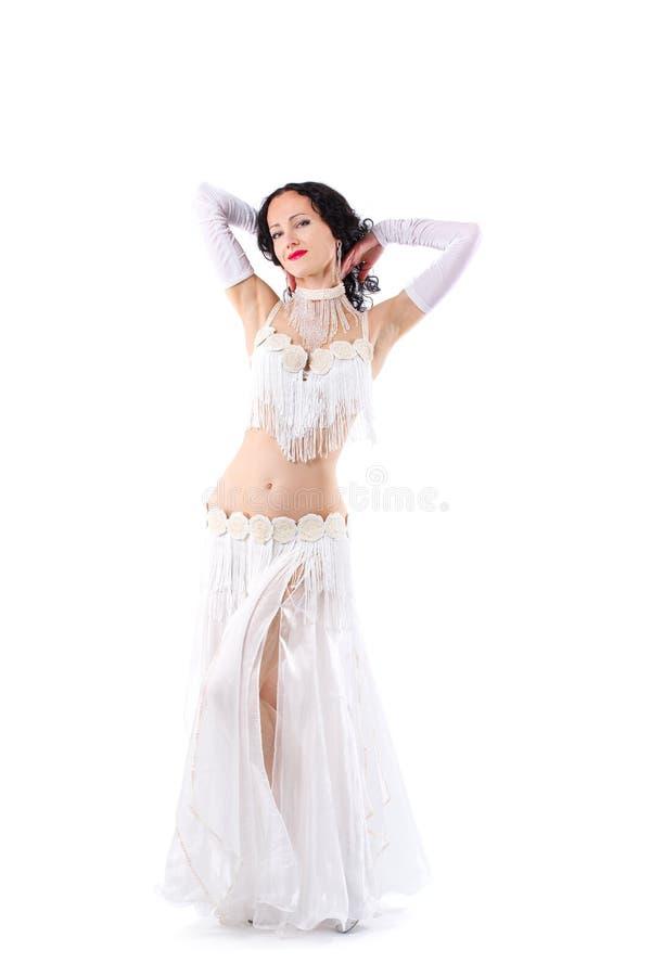 Dancing arabo sensuale del ballerino di pancia della ragazza nello studio fotografia stock libera da diritti