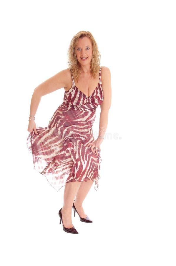 Dancing biondo della donna in vestito da estate fotografie stock libere da diritti