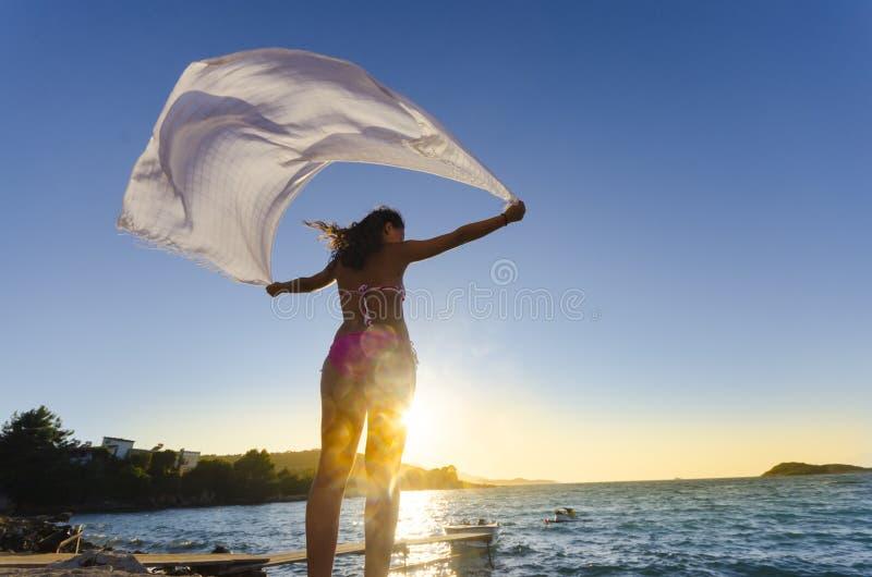 Dancing biondo giovane bello della donna con la bandana fotografia stock libera da diritti