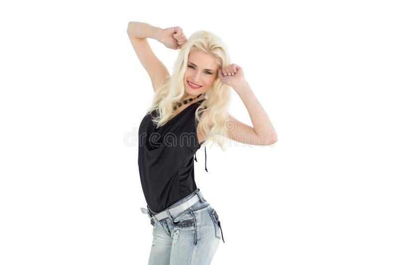 Dancing casuale giovane felice della donna fotografia stock libera da diritti