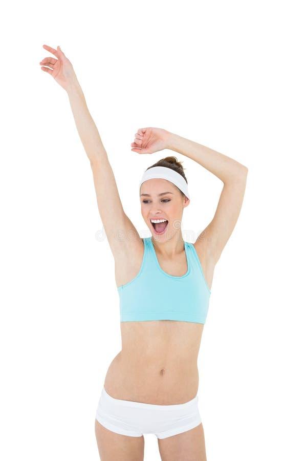 Dancing d'uso degli abiti sportivi della bella donna allegra immagine stock