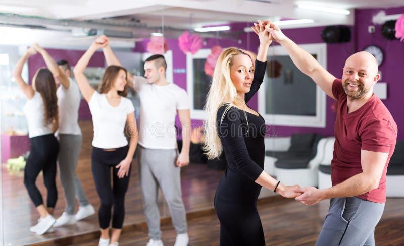 Dancing del gruppo nel club fotografie stock